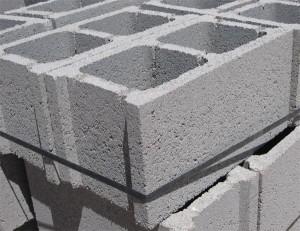 Bloque gris de hormigón en masa